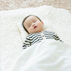 お昼寝をする赤ちゃんの写真素材 [FYI01953939]