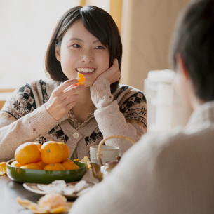 ミカンを食べる女性の写真素材 [FYI01953949]
