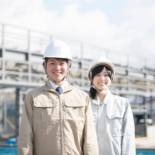 工事現場で微笑む作業員の写真素材 [FYI01953958]