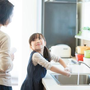 手を洗う女の子の写真素材 [FYI01953967]