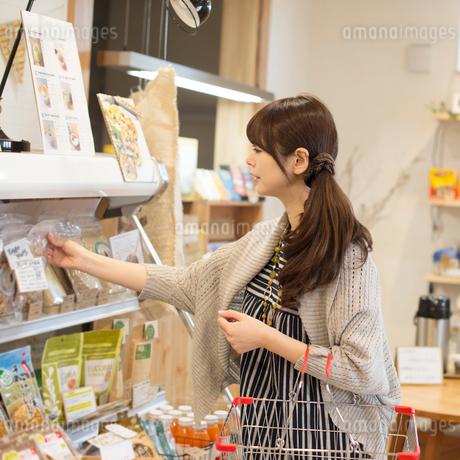 買い物をする女性の写真素材 [FYI01953972]