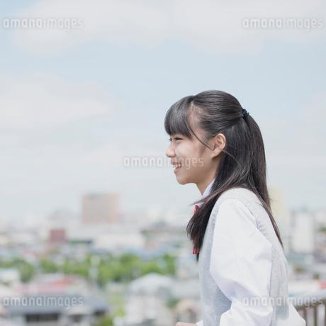 街並みと女子学生の写真素材 [FYI01953977]