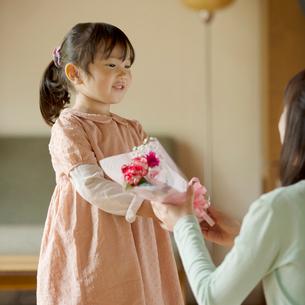 母親に花束を渡す女の子の写真素材 [FYI01953982]