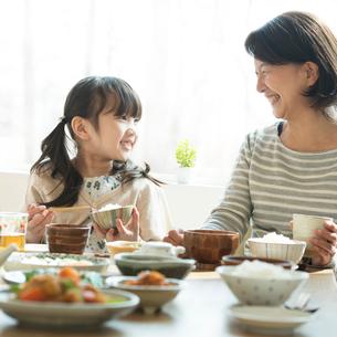 朝食を食べる女の子と祖母の写真素材 [FYI01953984]