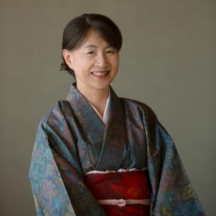 微笑む着物姿のシニア女性の写真素材 [FYI01953997]