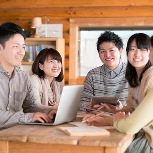 カフェで談笑をする大学生の写真素材 [FYI01954013]