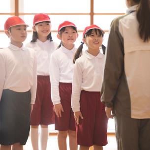 体育の授業を受ける小学生の写真素材 [FYI01954065]