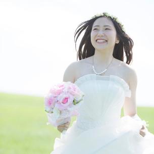 草原で微笑む花嫁の写真素材 [FYI01954066]