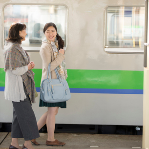 駅のホームを歩く親子の写真素材 [FYI01954077]