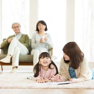 リビングでくつろぐ3世代家族の写真素材 [FYI01954090]