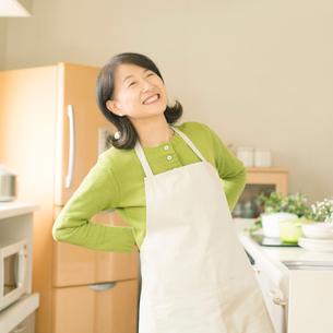 腰痛が改善したシニア女性の写真素材 [FYI01954107]