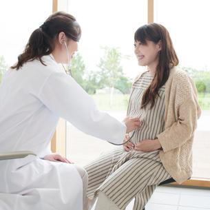 妊婦の診察をする女医の写真素材 [FYI01954112]