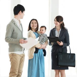 部屋の内見をする家族とビジネスウーマンの写真素材 [FYI01954127]