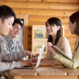 カフェで談笑をする大学生の写真素材 [FYI01954129]