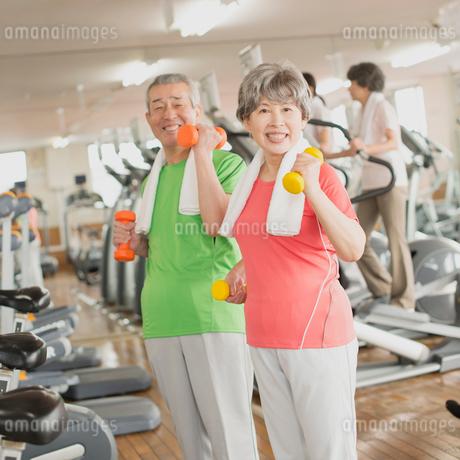ジムで運動をするシニア夫婦の写真素材 [FYI01954132]