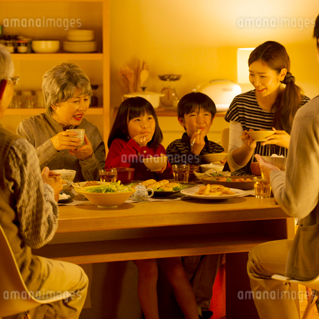 夕食を食べる3世代家族の写真素材 [FYI01954144]
