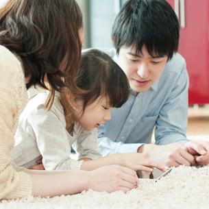 タブレットPCを見る家族の写真素材 [FYI01954154]