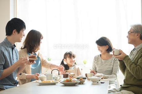 朝食を食べる3世代家族の写真素材 [FYI01954155]