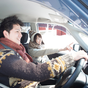 ドライブをするカップルの写真素材 [FYI01954192]
