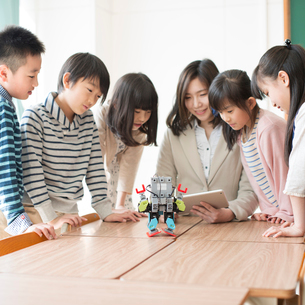 プログラミングを教える先生と小学生の写真素材 [FYI01954205]