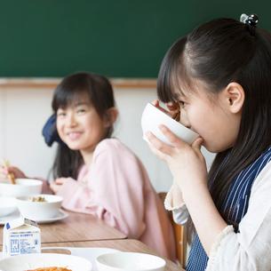 給食を食べる小学生の写真素材 [FYI01954207]