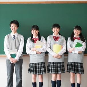 黒板の前に並び微笑む学生の写真素材 [FYI01954210]