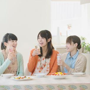 食事をする3人の女性の写真素材 [FYI01954211]