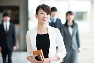 オフィスを歩くビジネスウーマンの写真素材 [FYI01954235]