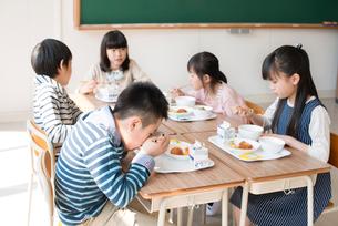 給食を食べる小学生の写真素材 [FYI01954237]