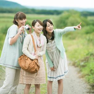 旅行をする3人の女性の写真素材 [FYI01954238]