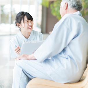 患者と話をする看護師の写真素材 [FYI01954242]