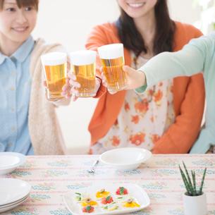 乾杯をする3人の女性の手元の写真素材 [FYI01954245]