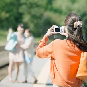 駅のホームで記念写真を撮る女性の写真素材 [FYI01954250]