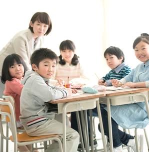 教室でグループ学習をする小学生の写真素材 [FYI01954281]