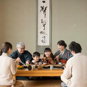 おせち料理を食べる3世代家族の写真素材 [FYI01954317]