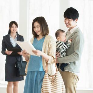 部屋の内見をする家族とビジネスウーマンの写真素材 [FYI01954324]