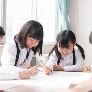 グループ学習をする小学生の写真素材 [FYI01954329]