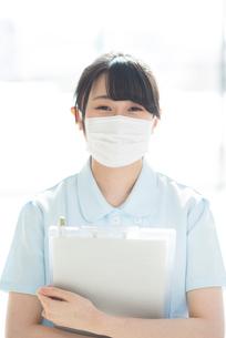 微笑むマスク姿の看護師の写真素材 [FYI01954355]