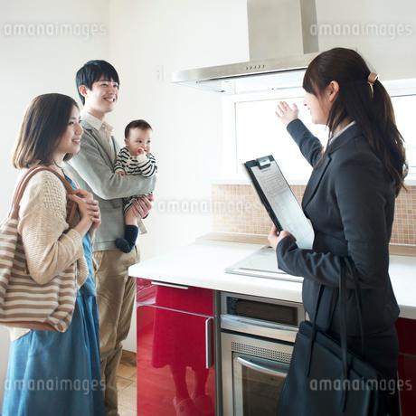 部屋の内見をする家族とビジネスウーマンの写真素材 [FYI01954383]