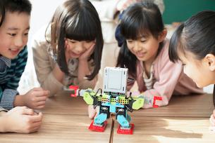 プログラミングの授業を受ける小学生の写真素材 [FYI01954385]