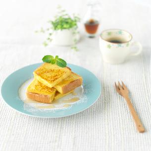 フレンチトーストとコーヒーのある朝食の写真素材 [FYI01954394]