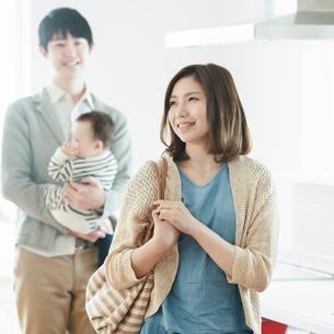 部屋の内見をする家族の写真素材 [FYI01954408]