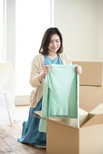 引越しの荷物の整理をする女性の写真素材 [FYI01954411]