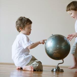 地球儀を見るハーフの兄弟の写真素材 [FYI01954413]