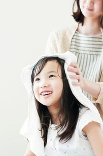 母親に髪を拭いてもらう女の子の写真素材 [FYI01954426]