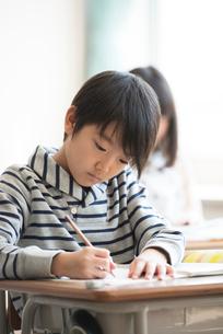 教室で授業を受ける小学生の写真素材 [FYI01954437]