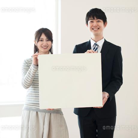 メッセージボードを持つ女性とビジネスマンの写真素材 [FYI01954447]