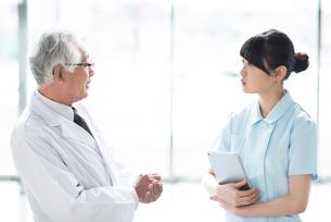 打ち合わせをする医者と看護師の写真素材 [FYI01954452]