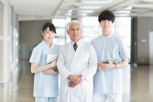 微笑む医者と看護師の写真素材 [FYI01954461]