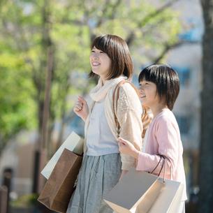 買い物をする親子の写真素材 [FYI01954471]